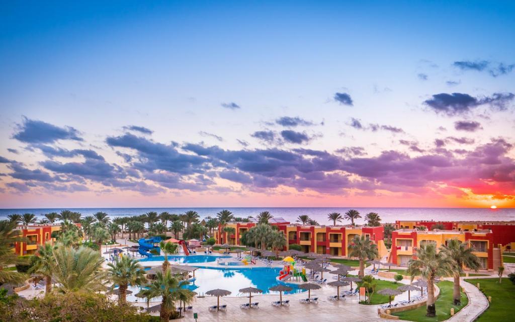 Uitzicht op het zwembad bij Magic Tulip Beach Resort & Spa of in de buurt