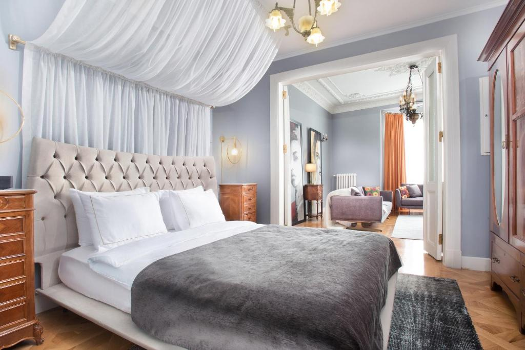 A bed or beds in a room at Walton Hotels Taksim Pera