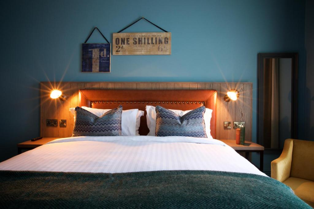 A bed or beds in a room at White Horse Hotel
