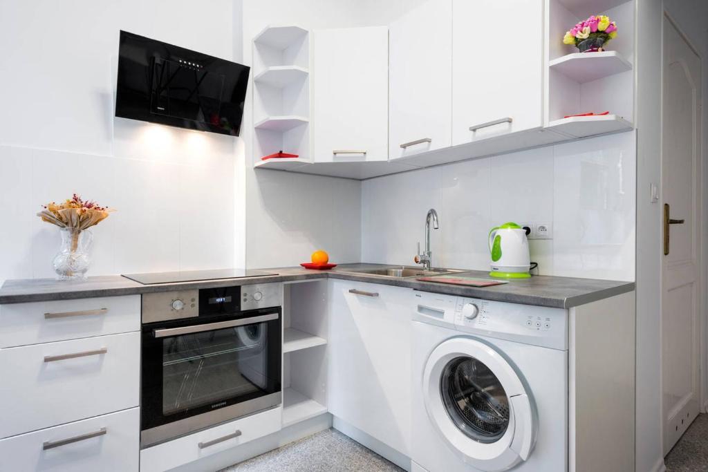 Kuchnia lub aneks kuchenny w obiekcie Elegant Apartment - 7min to Main Square