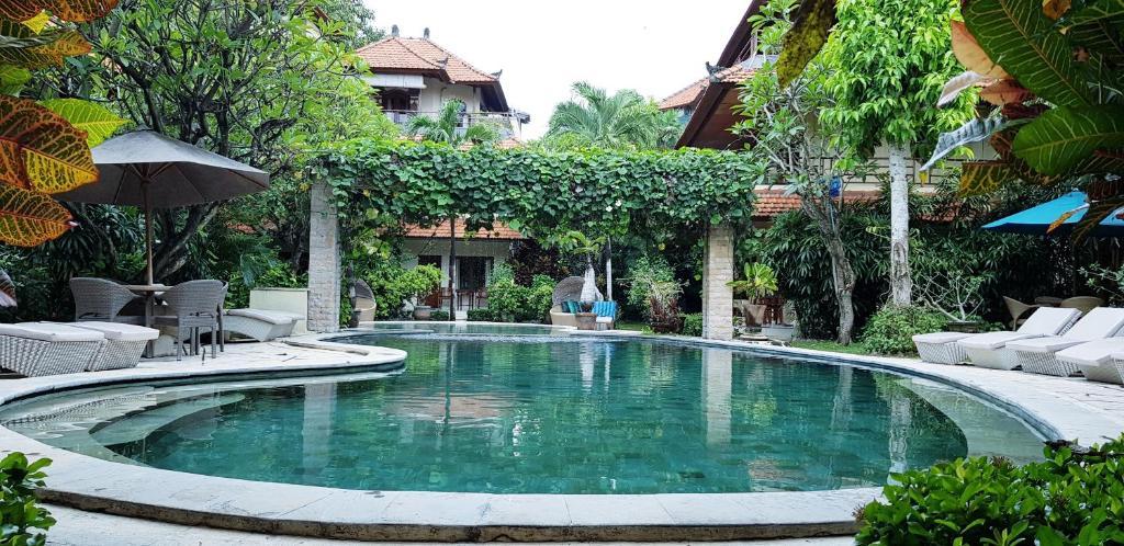 The swimming pool at or close to Kusnadi Hotel