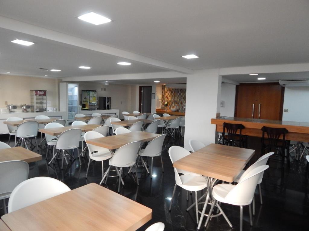 Um restaurante ou outro lugar para comer em Frimas Pampulha Hotel
