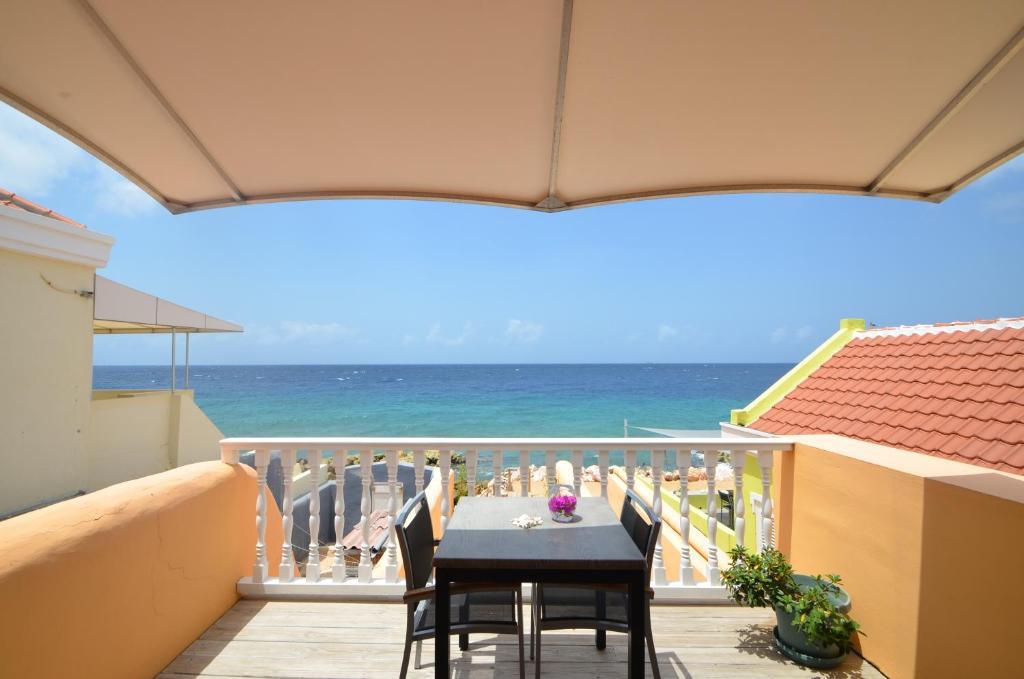 A balcony or terrace at Dushi Pietermaai Apartments