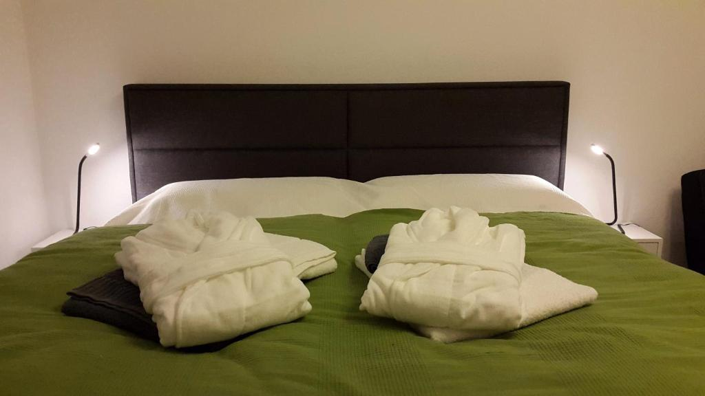 A bed or beds in a room at cologne4u