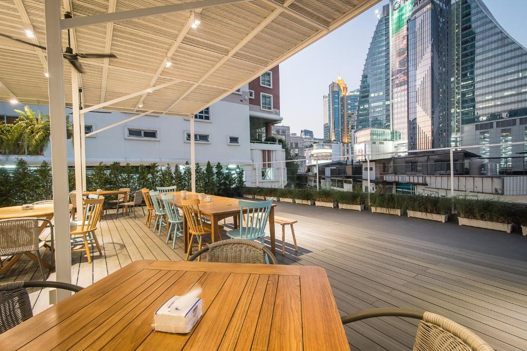 Un restaurante o sitio para comer en Suk18 Hostel