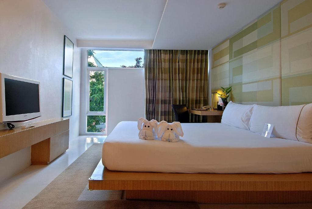A bed or beds in a room at Le Fenix Sukhumvit 11 Bangkok