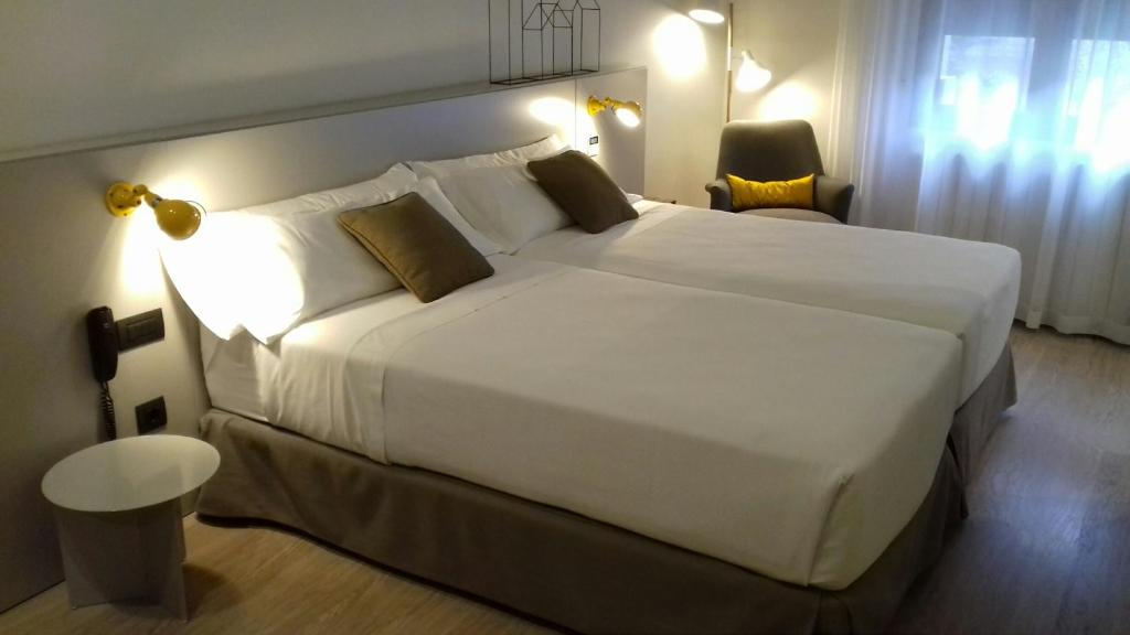 A bed or beds in a room at Peninsular
