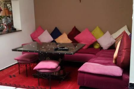 A seating area at Palmier fleuri