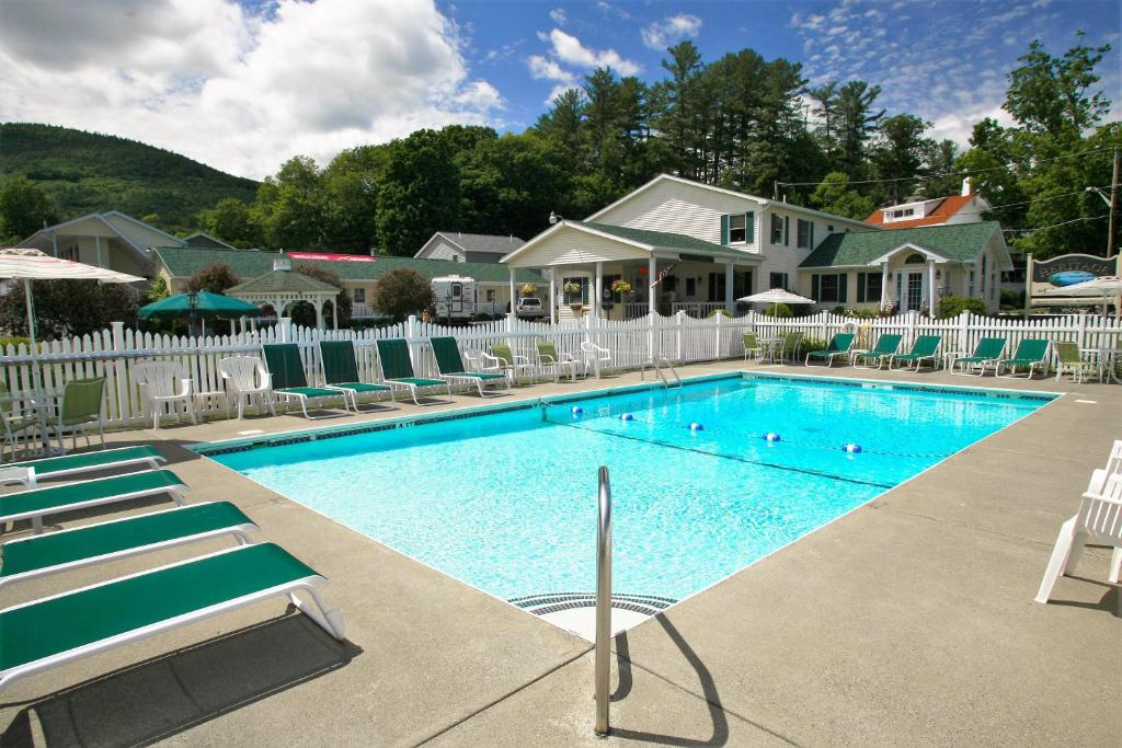 The swimming pool at or close to The Heritage of Lake George