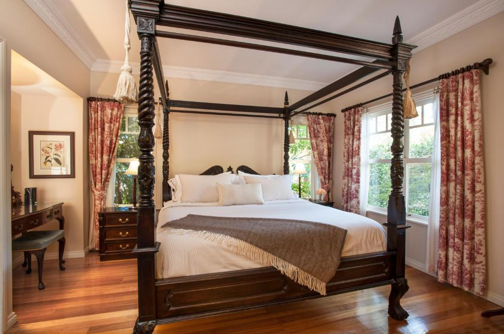 A bed or beds in a room at Merrow Cottages - Gatehouse