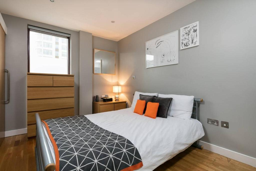 A bed or beds in a room at Vantage Quay