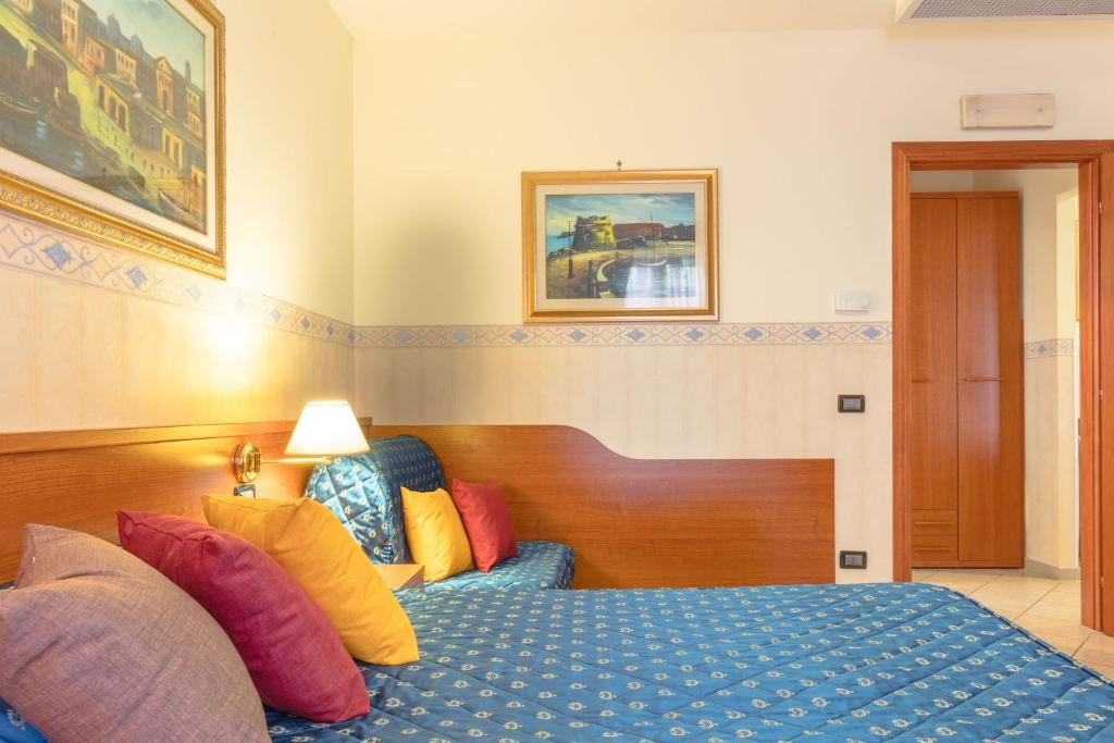 A bed or beds in a room at Hotel Traiano