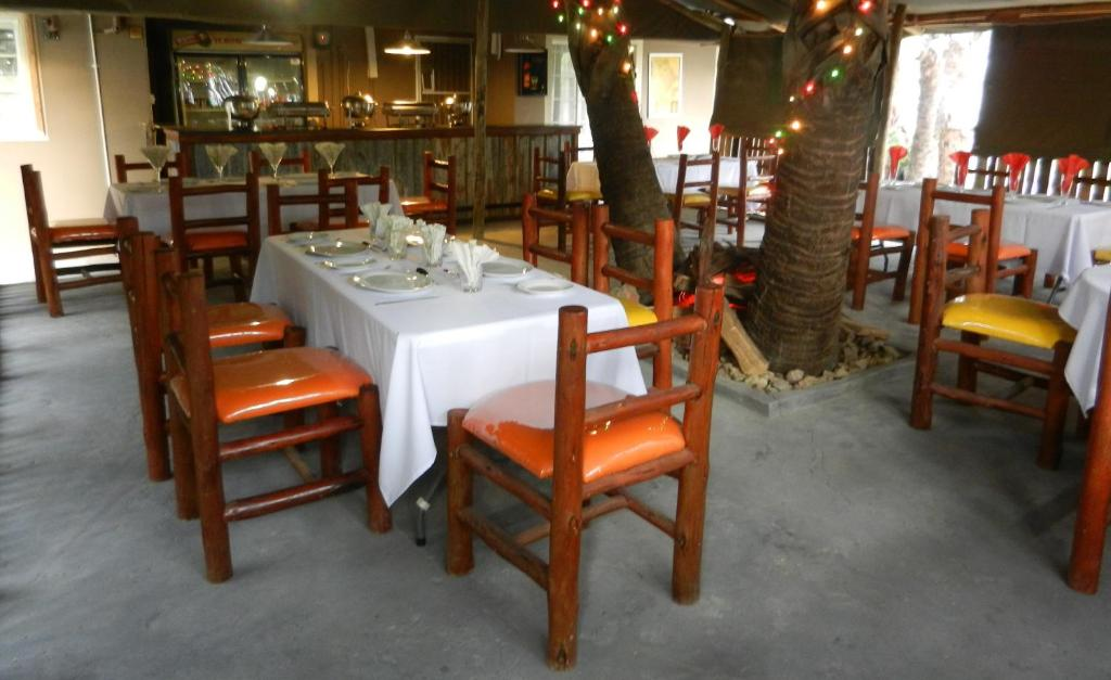 A restaurant or other place to eat at First Choice Apartments