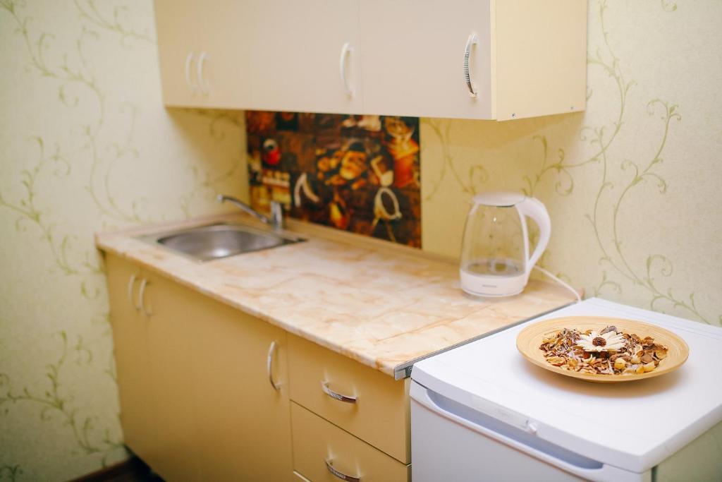 """Кухня или мини-кухня в Семейный гостевой дом """"Самотлорские ночи"""""""