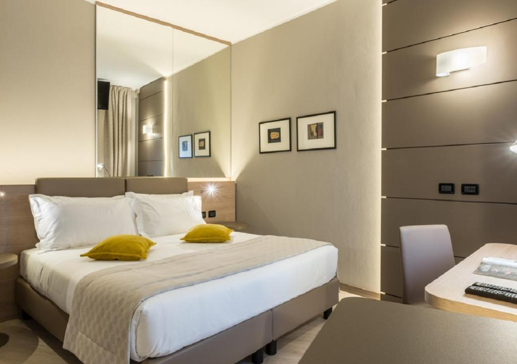 A bed or beds in a room at Cardano Hotel Malpensa