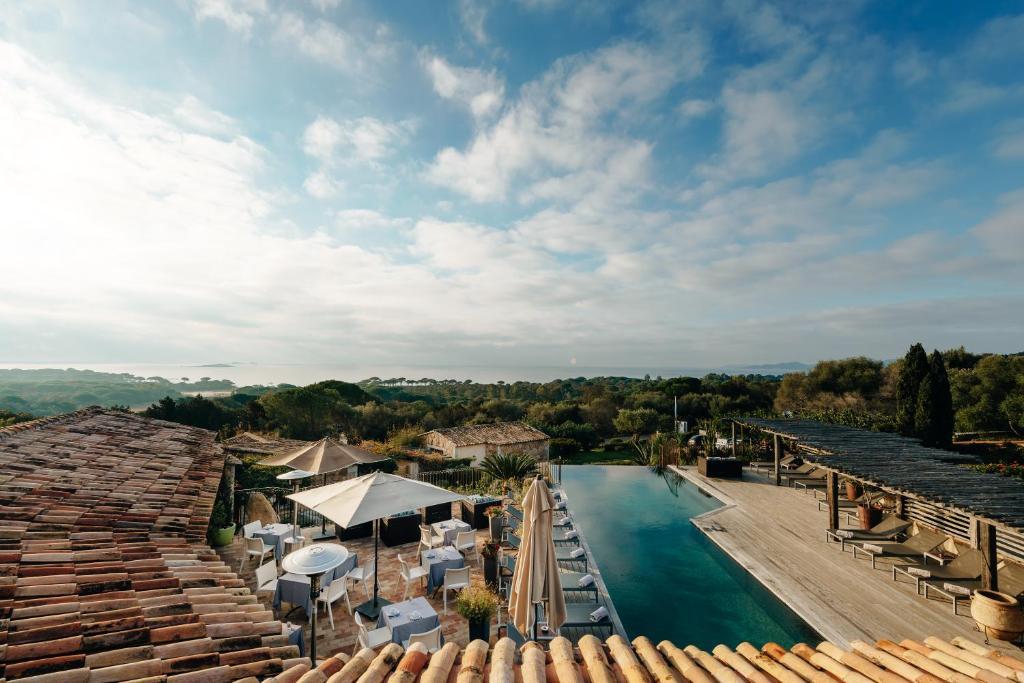 Vista sulla piscina di Les Bergeries De Palombaggia o su una piscina nei dintorni