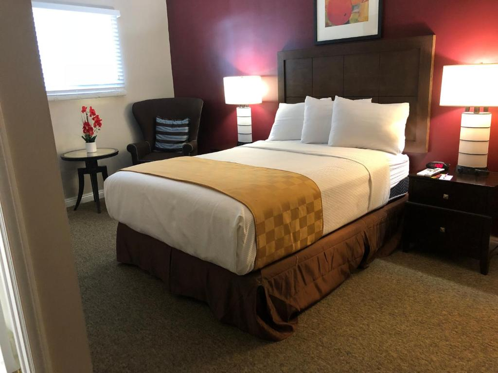 A bed or beds in a room at Knights Inn Los Angeles Central / Convention Center Area
