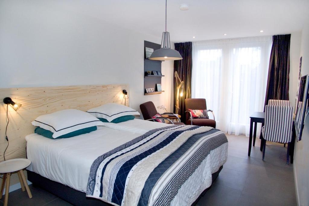 A bed or beds in a room at Studio-Vrij