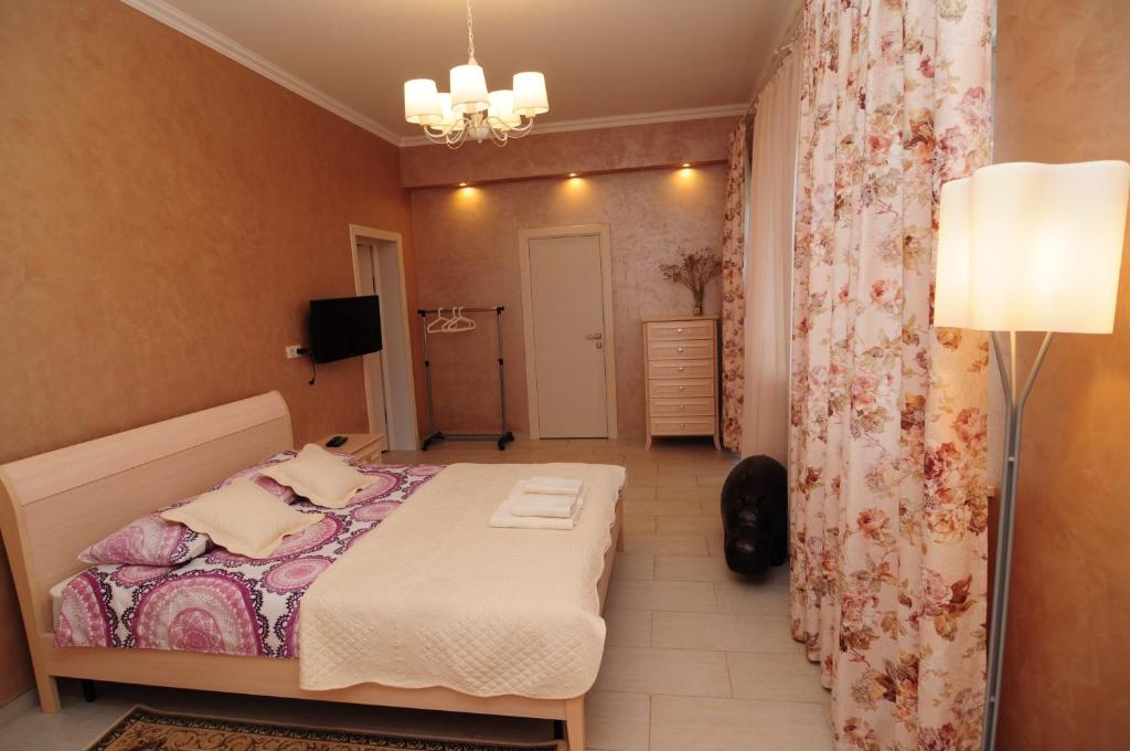 A bed or beds in a room at Алтей