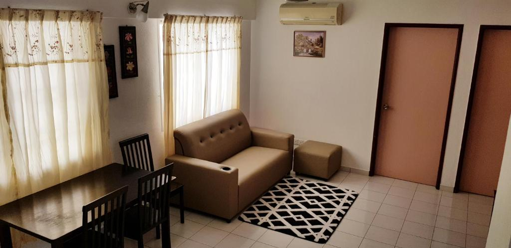 A seating area at Basic & Cozy Home