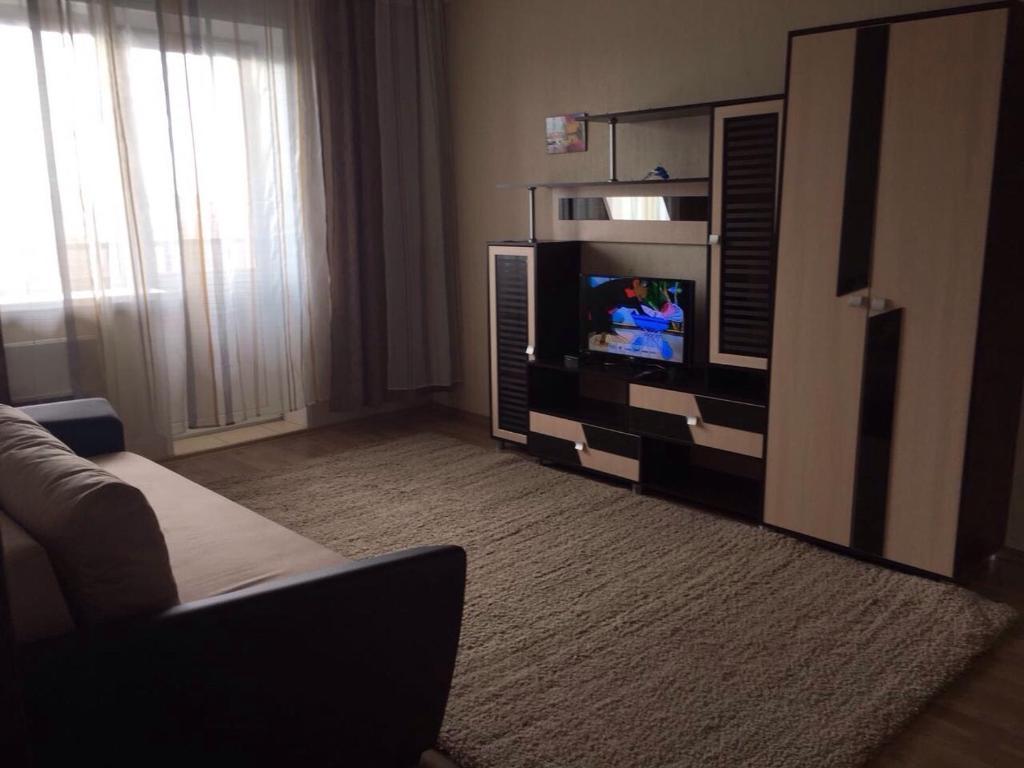 Телевизор и/или развлекательный центр в Апартамент в центре Бердска