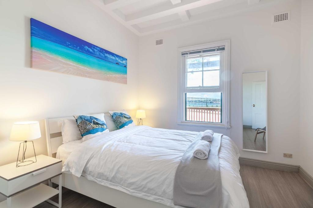 A bed or beds in a room at The Darlingbay - CBD Harbour View Escape