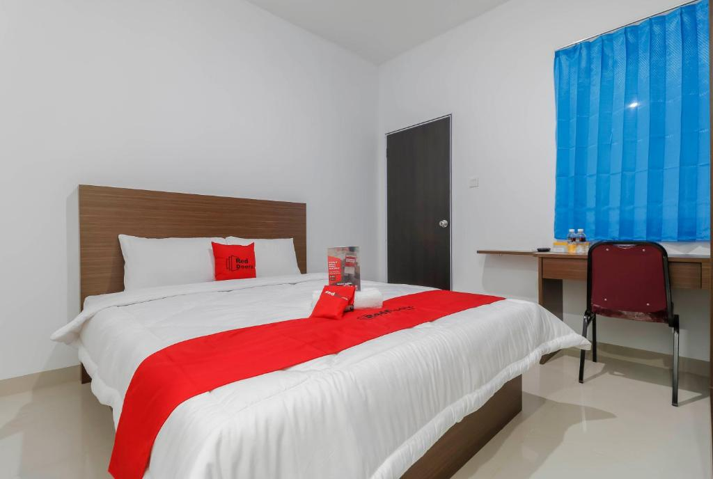 A bed or beds in a room at RedDoorz Plus near Kepri Mall