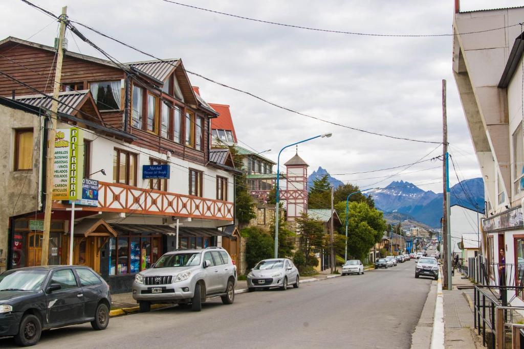 El barrio en el que está la hostería o un barrio cercano