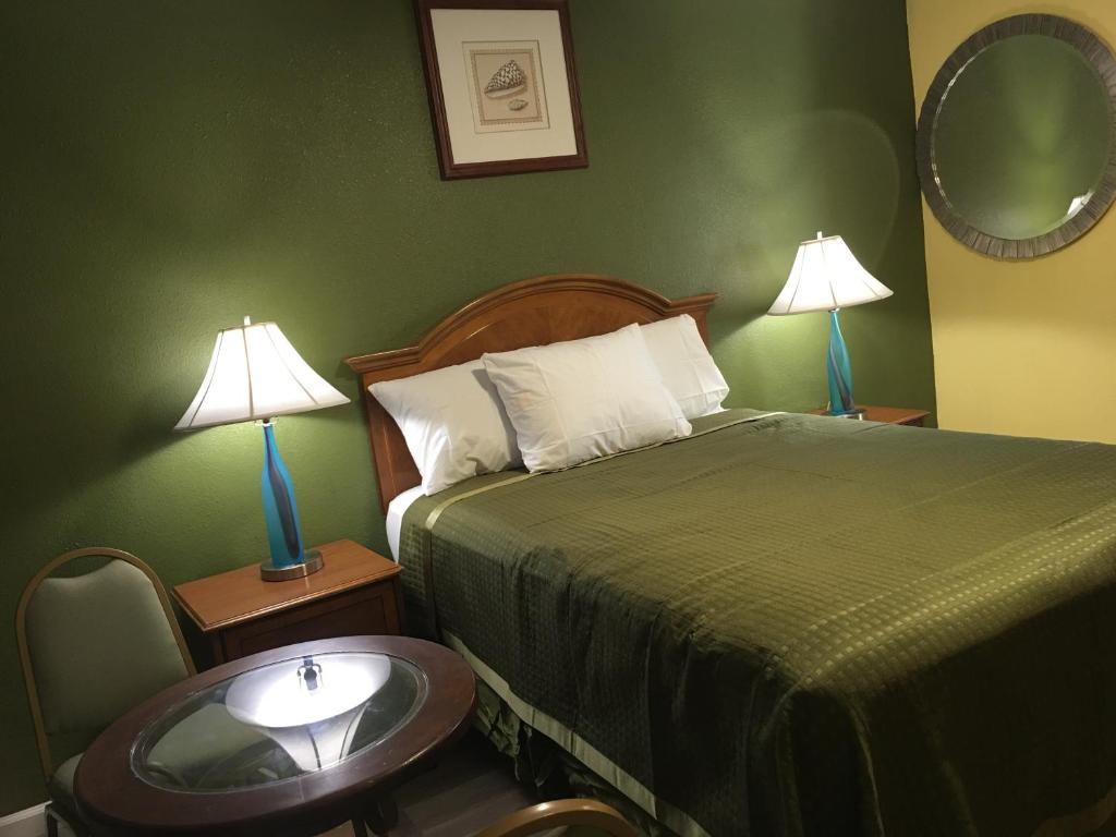 A bed or beds in a room at Aristocrat Motel