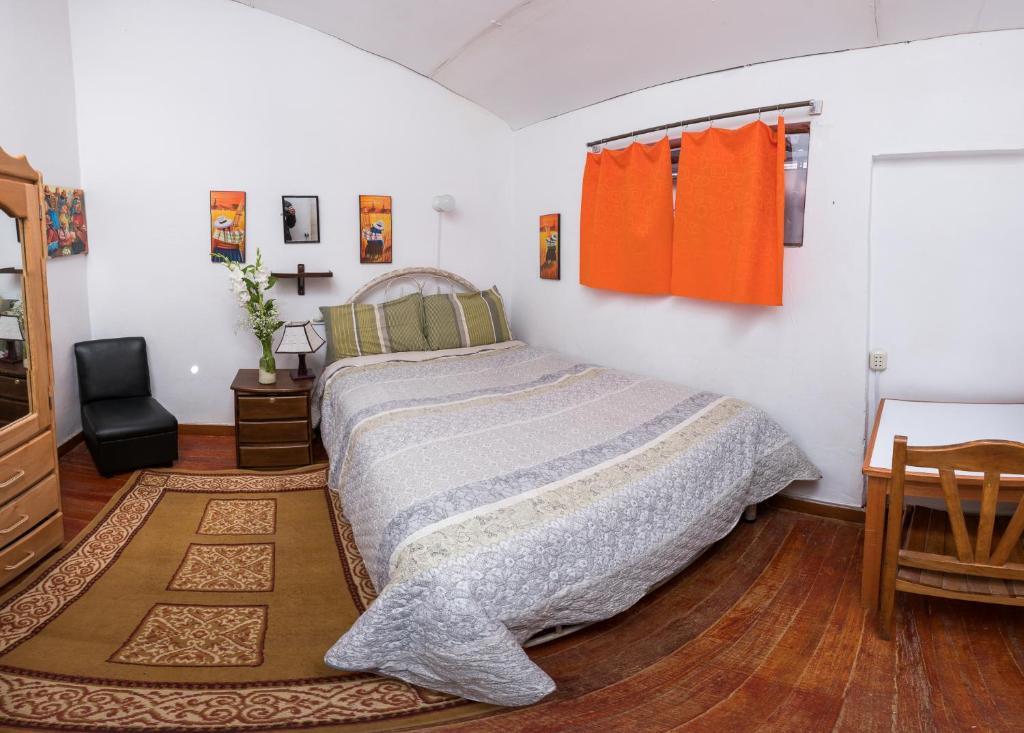 Un ou plusieurs lits dans un hébergement de l'établissement Carlos Guest House Cusco 1