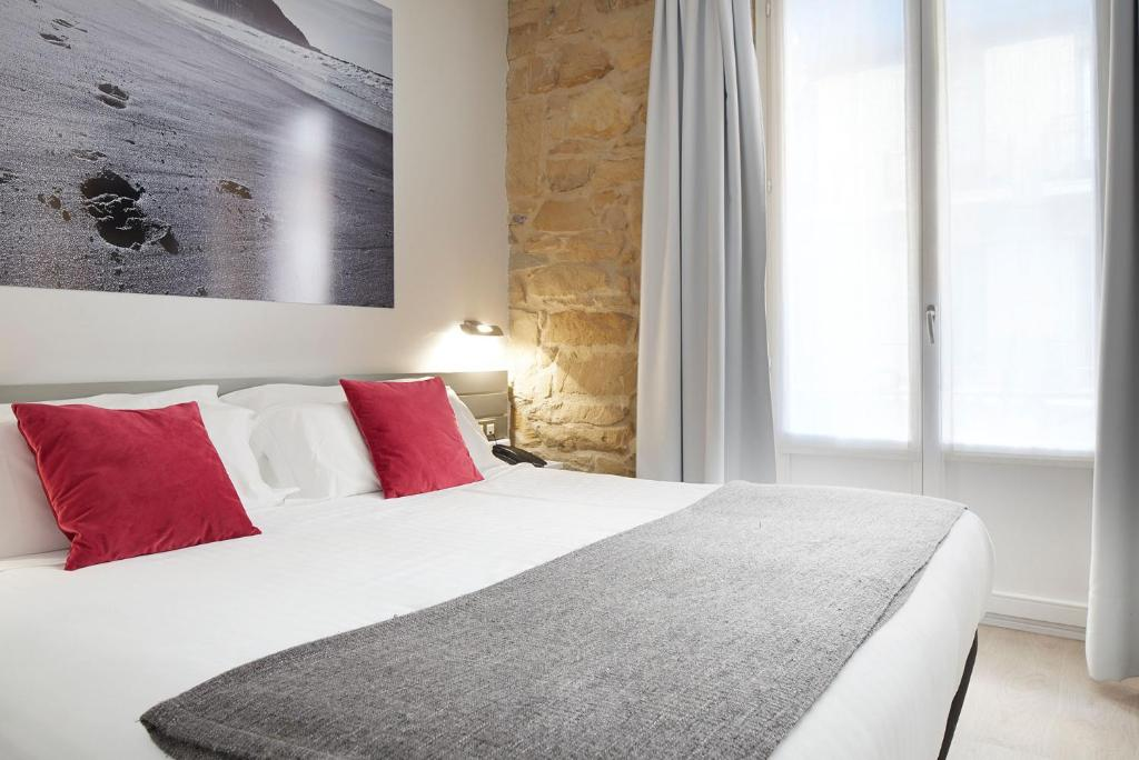 A bed or beds in a room at Welcome Gros Hotel