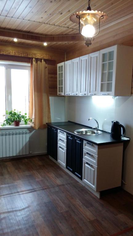 A kitchen or kitchenette at Zyuratkul - Dom Tayozhnika