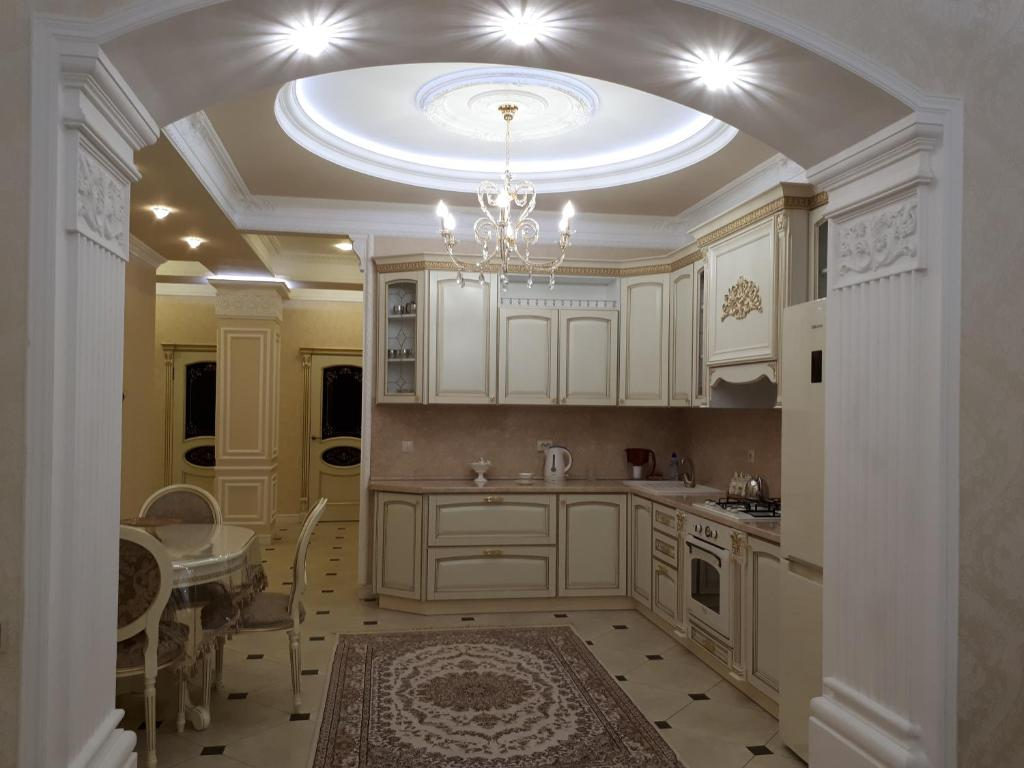 Кухня или мини-кухня в Apartment on Gagarina street