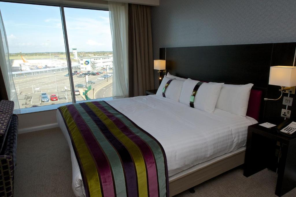 A bed or beds in a room at Holiday Inn Southend