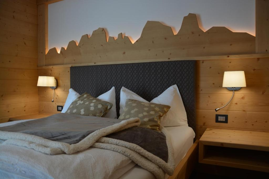 A bed or beds in a room at Dolomites B&B, Suites and Apartments