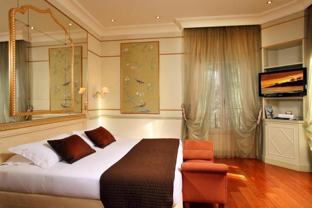 A bed or beds in a room at Hotel Degli Aranci