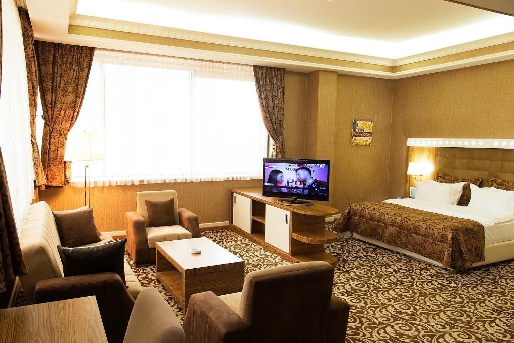 Uma área de estar em Divan Express Baku