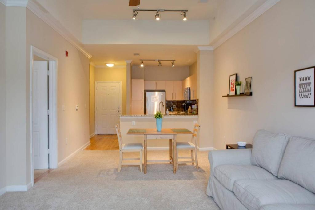 Southend 1 BR Apt with Parking by Frontdesk