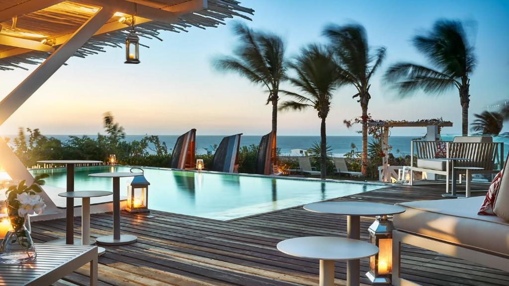 A piscina localizada em The Chili Beach Private Resort ou nos arredores