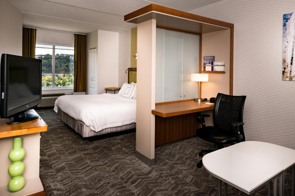 A bed or beds in a room at SpringHill Suites Pittsburgh Southside Works