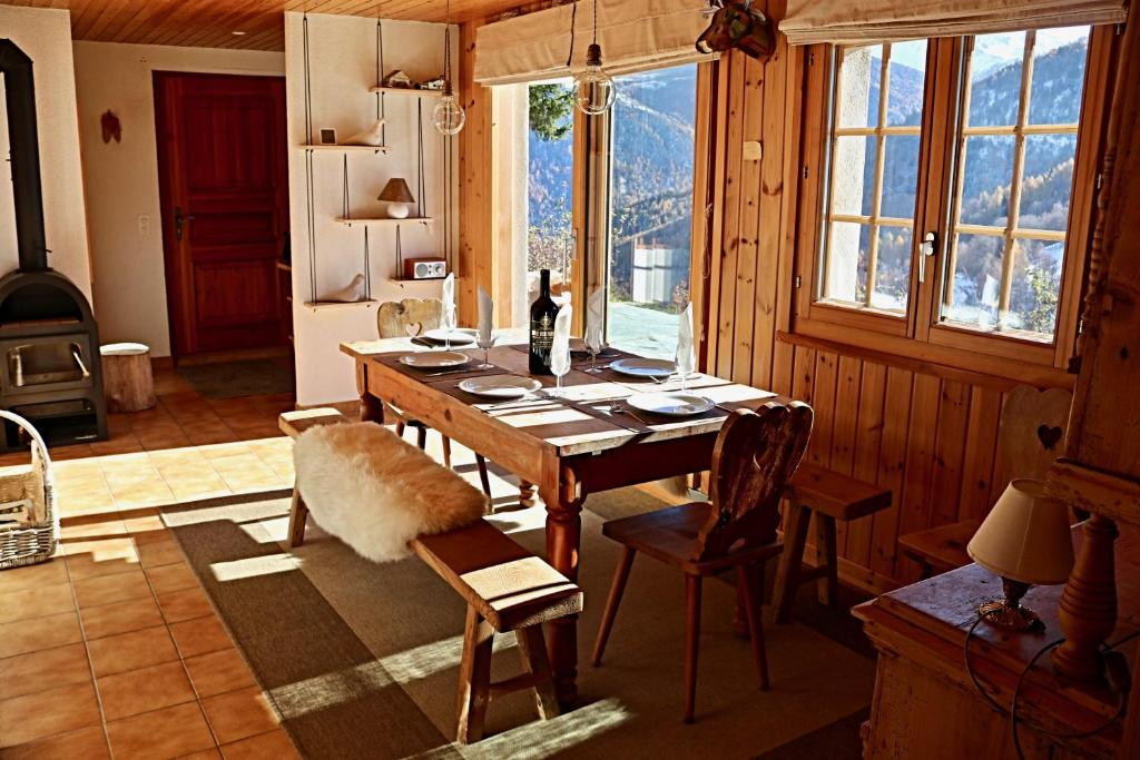 A restaurant or other place to eat at Magnifique chalet pour 10 personnes à Vercorin