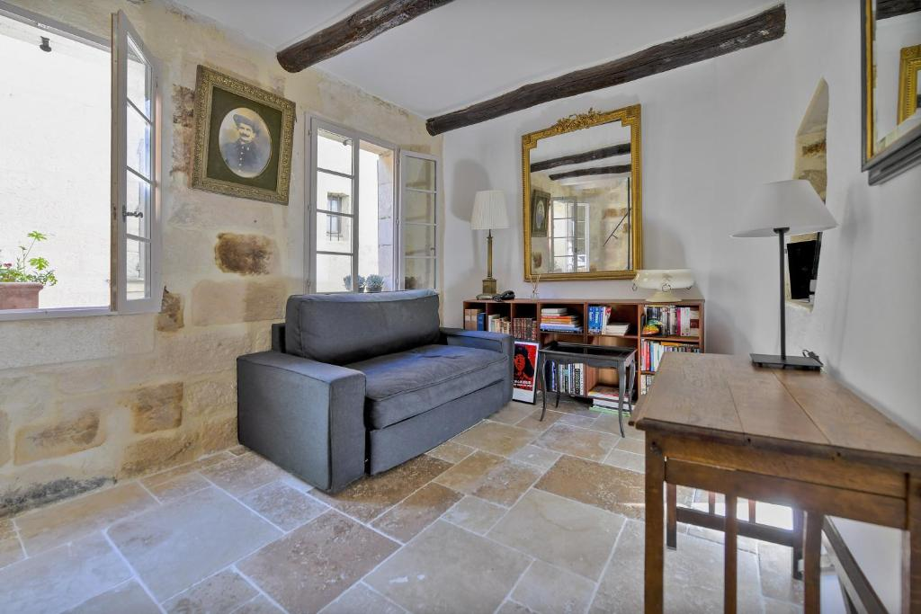 A seating area at Uzès Townhouse with Loggia & Views