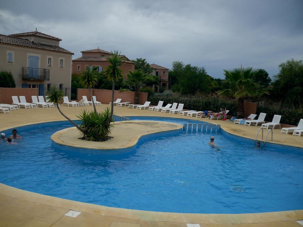 The swimming pool at or close to Appartement sur Golf