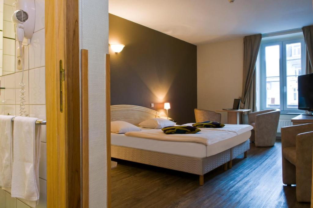 Ein Bett oder Betten in einem Zimmer der Unterkunft Hotel Grenier des Grottes