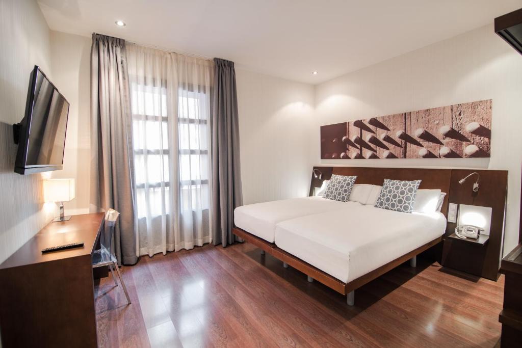 Cama o camas de una habitación en Petit Palace Marques Santa Ana