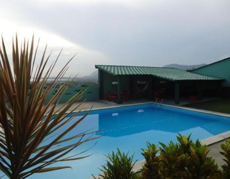 A piscina localizada em Pousada Colinas de Maricá ou nos arredores