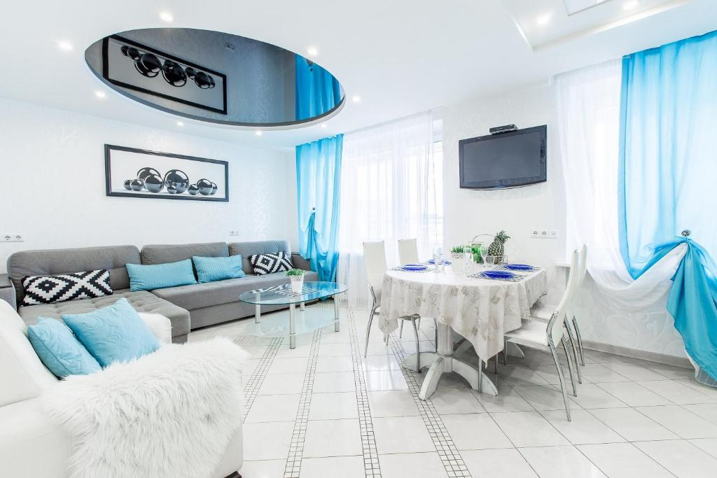 A seating area at Spacious Luxury Apartments