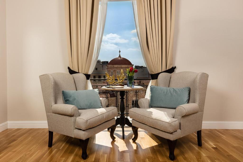 Een zitgedeelte bij Athens Mansion Luxury Suites