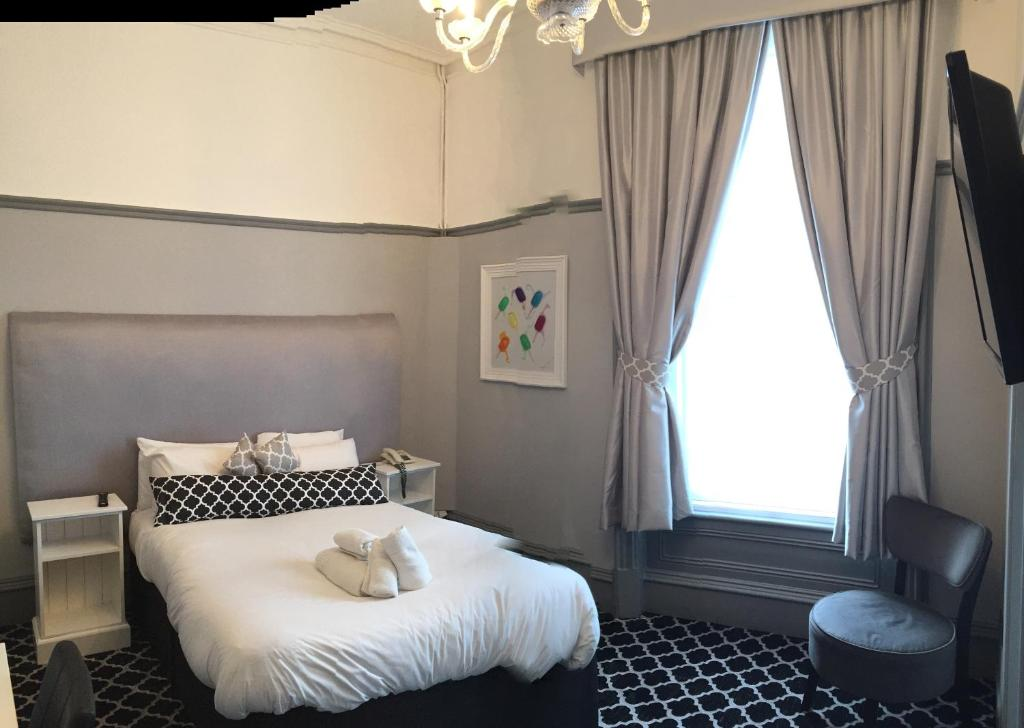 A bed or beds in a room at Hillcrest Hotel