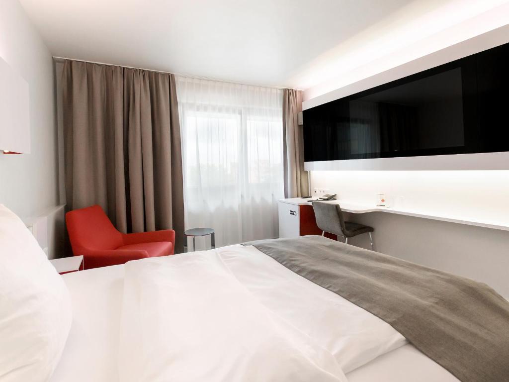 Ein Bett oder Betten in einem Zimmer der Unterkunft DORMERO Hotel Hannover
